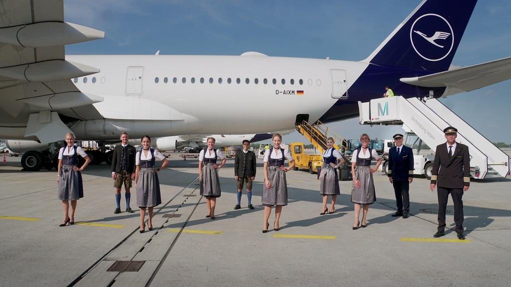 Trachtencrew in München 2020, Airbus A350-900 D-AIXM @Photographer: Bernd Gareis